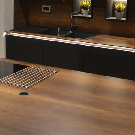 Kuhinja - korpusi i frontovi EGGER U899ST9 Soft crna radne ploče i obloga zida Fundermax compact MAX-5173NT 10mm. Stakleni frontovi Ikea. Izveo: Nikola Kovačević