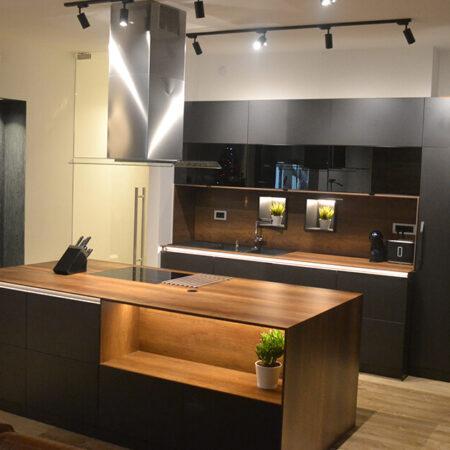 Kuhinja - korpusi i frontovi EGGER U899ST9 Soft crna radne ploče i obloga zida Fundermax compact MAX-5173NT 10mm. Stakleni frontovi Ikea.