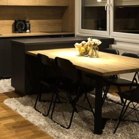 Kuhinja: frontovi u kombinaciji dekora Fundermax 0077GA Grafit i EGGER H3730ST10 Hickory Natur. Radna ploča H3730ST10 38mm Hickory Natur. Ploča stola - masiv