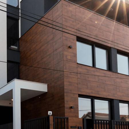 Max Compact Exterior, primena na stambenoj zgradi u Novom Sadu, dekor 0803 NT Tirolski bor